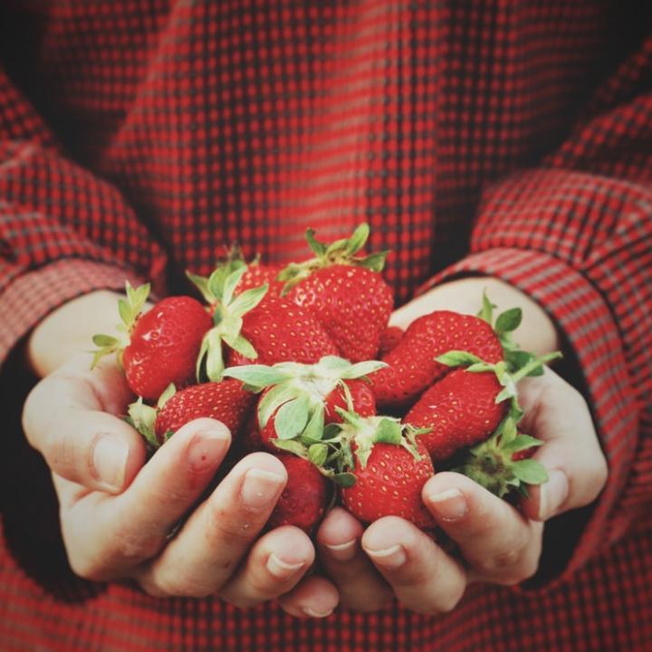 いちごネイルのやり方が知りたい!&バレンタインにいちごのチョコレートがけレシピ♡