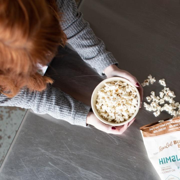 映画館でポップコーンはなぜ定番になったのか知ってる?&映画デートのネイルはポップでパステルな王道カラーがおすすめ