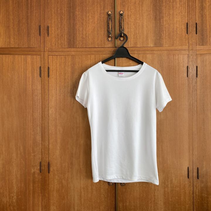 白Tシャツのコーデで夏をカジュアルに楽しく♪白ネイルと合わせてモード風もおすすめ