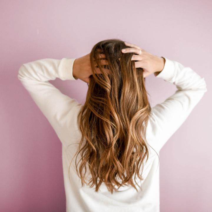ヘアオイルの使い方は朝も夜も一緒?髪もネイルもオイルを効果的に使う方法
