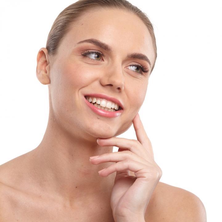 歯のマニキュアで即席ホワイトニング!爪が黄ばむ原因や対策も紹介