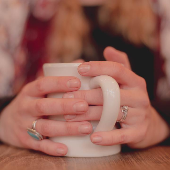 爪が丸い形の原因は?指先、手元に自信をつけるためのネイルとスカルプ