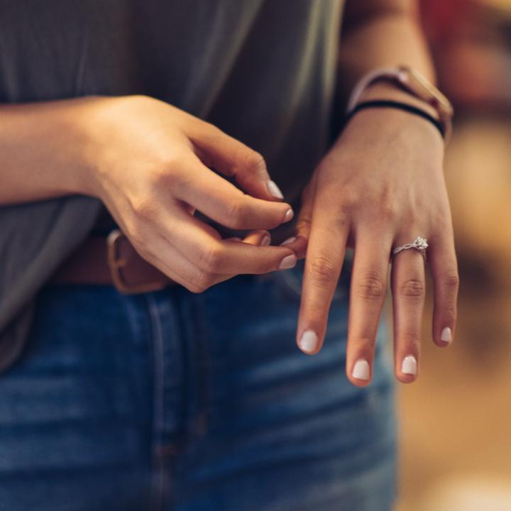 爪の縦線が消えないのはなぜ?爪にしわができる原因やケア方法を紹介
