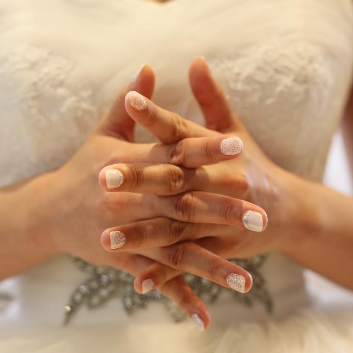 結婚式のネイルは花嫁もセルフでできるの?ブライダルネイルの方法や費用を紹介