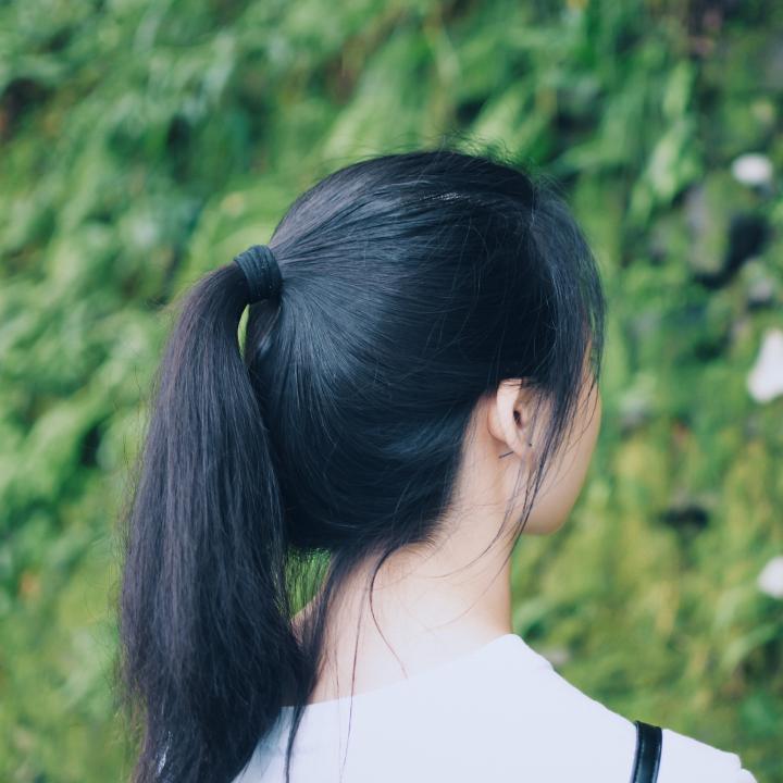 秋の抜け毛を対策!女性におすすめなケア方法&爪や髪が弱ってきた時に必要な栄養素は?