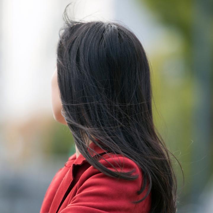 白髪は若い人も染めるのがおすすめ!セルフ染めの選び方と染め粉で爪が染まるのを防ぐ方法を紹介