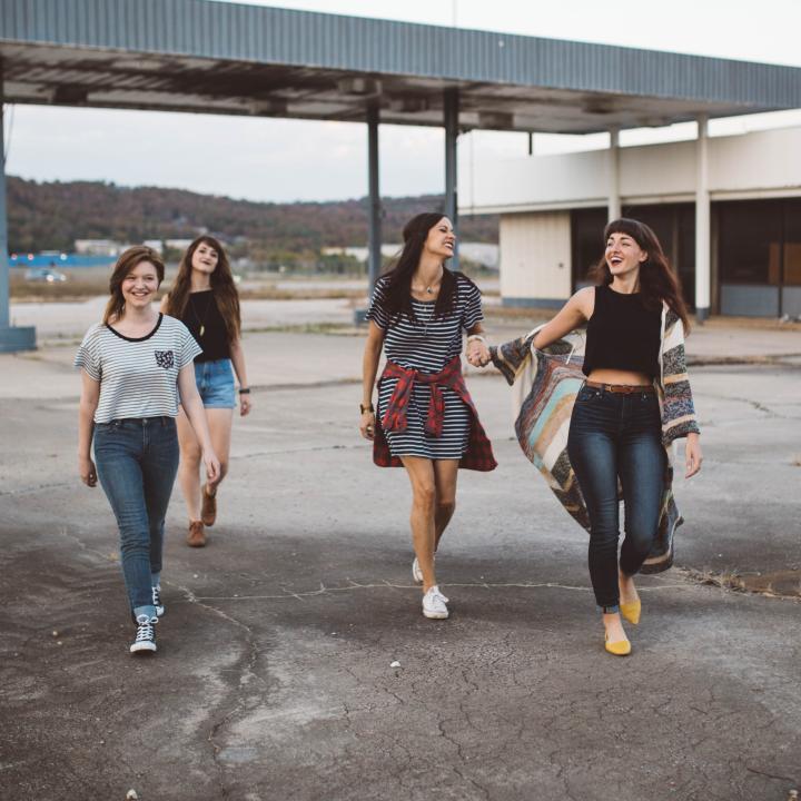 若見えのファッションは姿勢と歩き方にあり?若見え服とネイルが知りたい!