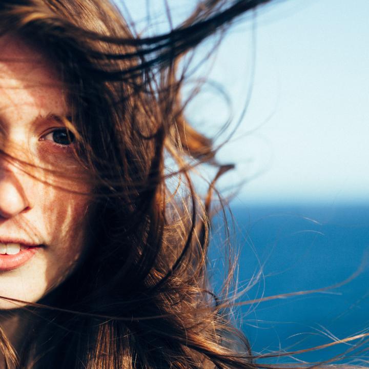 髪のうねりは加齢のせいかも・・・ツヤ髪やツヤ爪を取り戻すための対策を紹介