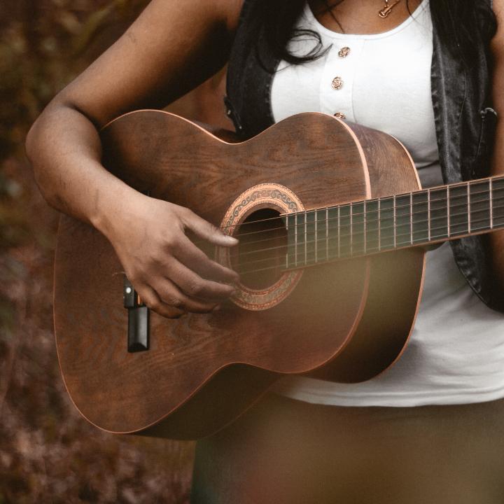 ギターを弾くと爪はどうなる?演奏者が愛用のネイルケア製品が見直されている??
