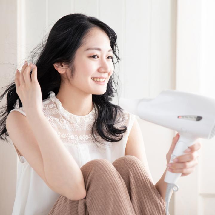 マニキュアを早く乾かすには水?美髪を守るために自然乾燥ではなく正しいヘアドライを