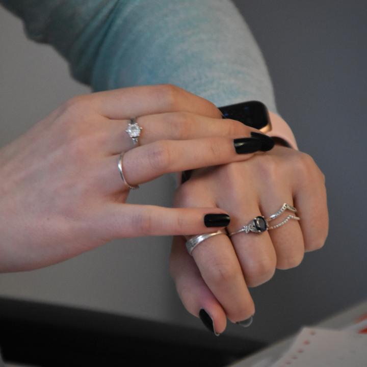指輪の位置でおしゃれ度が変わる?リングの重ね付けで雰囲気のある手元を目指そう!