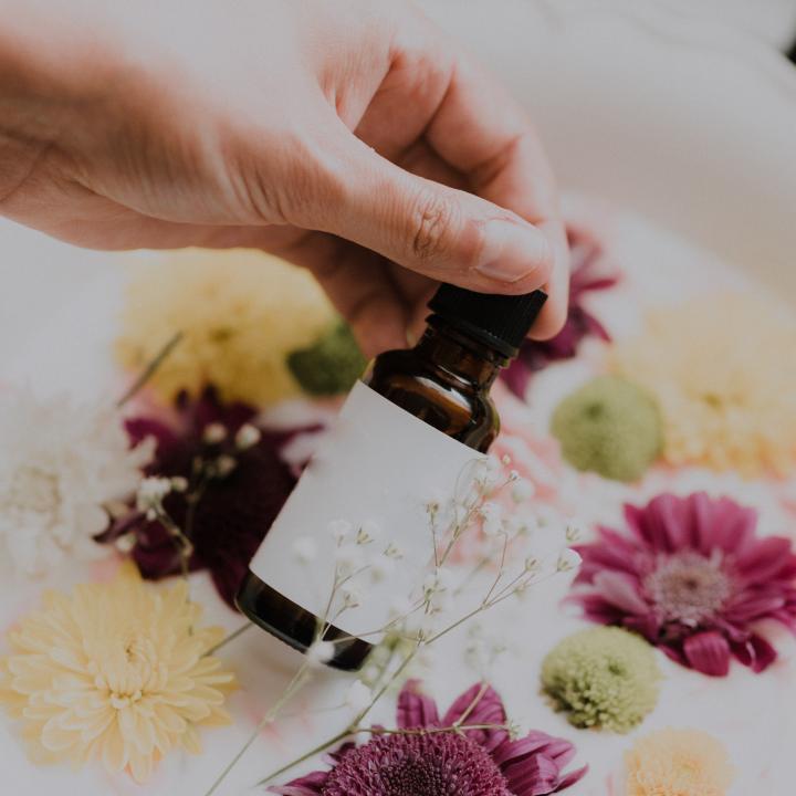 ネイルオイルはアロマで手作り!作り方や香りがもたらす効果を紹介
