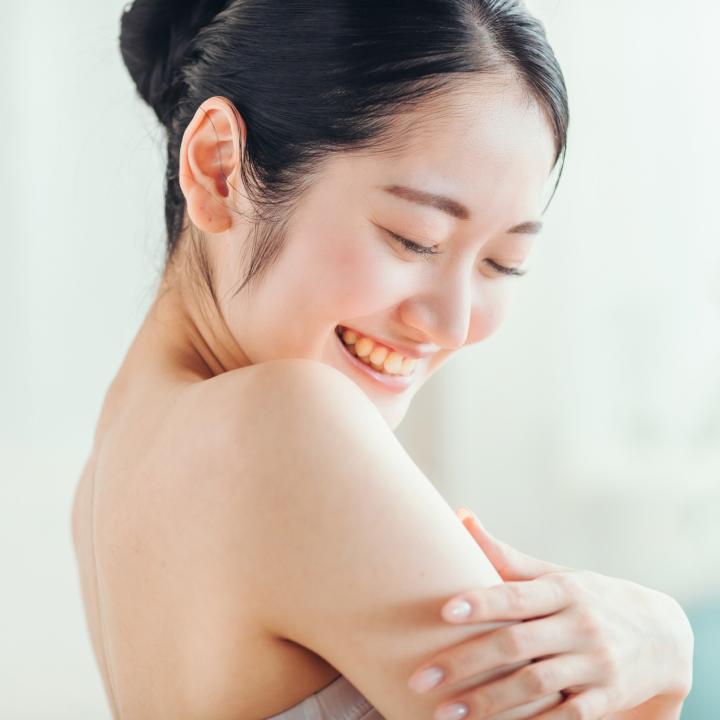 肌はネイルの色で見え方が変わる?年代別のおすすめネイルカラーと敏感肌ケア