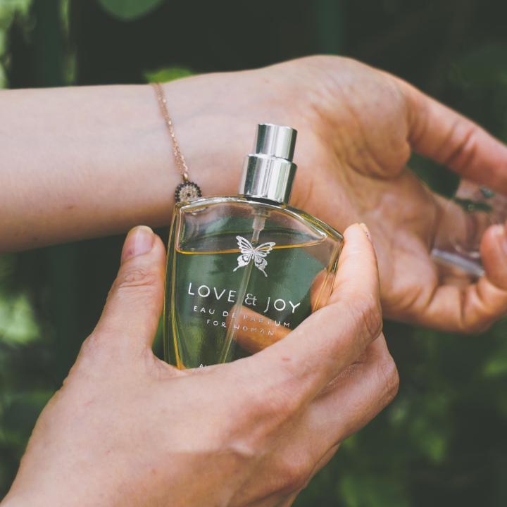 マニキュアで香り付きの商品が気になる!敏感肌で香水を使うときに注意したい成分は?